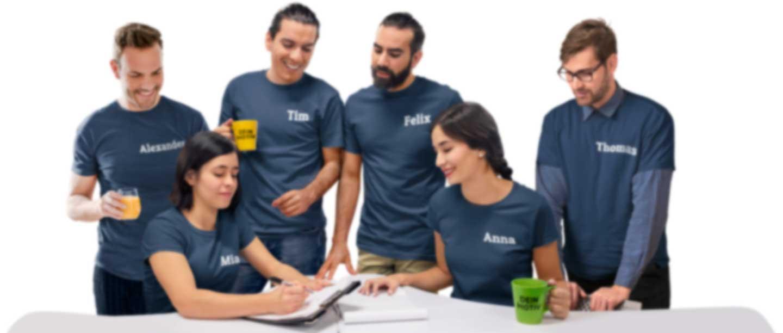 Gruppe von Kollegen in T-Shirts mit eigenen Namen