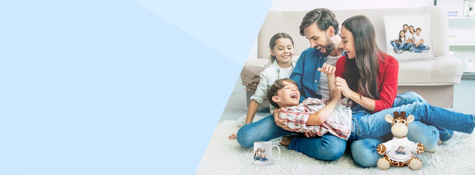 Glückliche Familie auf Sofa mit verschiedenen bedruckten Fotogechenken