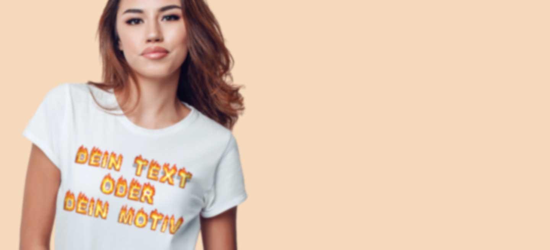 Junge Frau in weißem T-Shirt mit eigenem Motiv