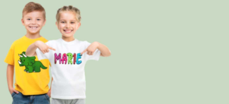 Junge und Mädchen in bedruckter Kleidung mit coolen Motiven