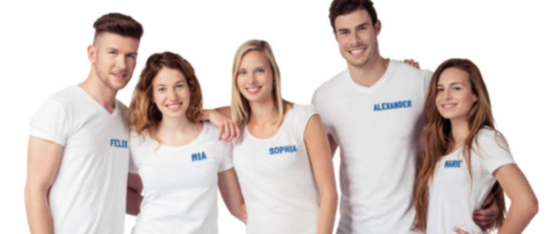Gruppe von Leuten in weißem T-Shirt mit Logo und Name
