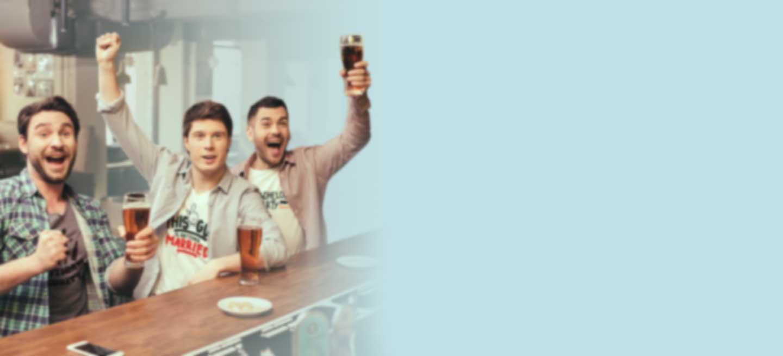 Drei junge Männer feiern Junggesellenabschied